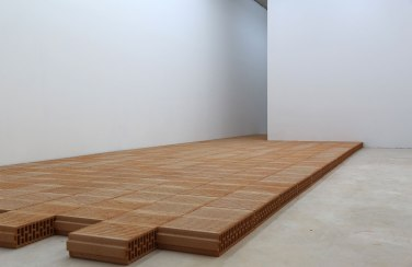 Mauer. 2013, construction made of 200 bricks / Mauer. 2013, construction en 200 briques plâtrières