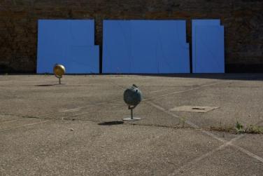 Votre attention s'il vous plaît. 2012, sound installation, mirrors. Les ballons prisonniers. 2012, 8 sculptures with steel, balls. St. Paul Prison, Lyon / Votre attention s'il vous plaît. 2012, sound installation, mirror. Les ballons prisonniers. 2012, 8 sculptures en acier. Prison Saint-Paul, Lyon