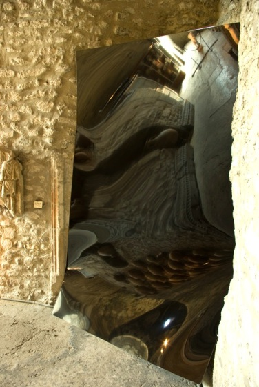 All Necessary Means. 2011, black lacquered Dibond, 300 x 200 cm. Columna-01, Vienne, France / Tous les moyens nécessaires. 2011, laque noire, dibond, 300 x 200 cm. Columna-01, Vienne, France