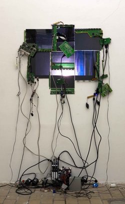 Vitrail. LCD panels, computer, graphics cards, wifi, mh bulb, Fresnel lens, two hundred twenty volts. 2012 / Dalles LCD, ordinateur, cartes graphiques, wifi, bulbe mh, lentille de Fresnel, deux-cent-vingt volts. 2012