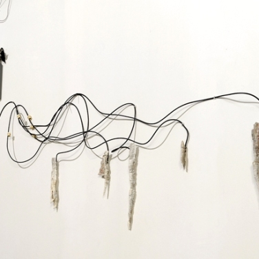 Stalactites, fur, water leak, copper, ultrasonic humidifier, 220 volts. 2014, dimensions variable / Eau courante, CO2, marbre blanc, régulateur de perfuseur, prélèvements de stalactites calcaires, diffuseur ultrasonique. 2014, dimensions variables