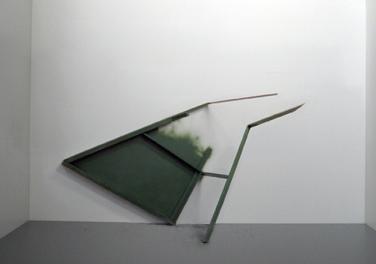 Second scream. 2009, rail, lightweight board, plastic, 150 x 140 x 70 cm /Second scream. 2009, rail, panneau alvéolaire , plastique, 150 x 140 x 70 cm