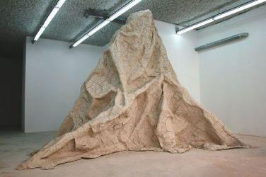 Face Nord. 2014, wood, roasting, clay, 300 x 500 x 450 cm / Face Nord. 2014, bois, grillage et argile, 300 x 500 x 450 cm