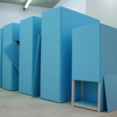 L'ARCHIVE D'UN ARTISTE INCONNU. 2014, lacquer on MDF and wood, 160 x 120 x 500 cm / LES ARCHIVES D'UN ARTISTE INCONNU. 2014, laque sur MDF et bois, 160 x 120 x 500 cm