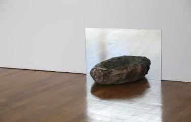Dormente de mó. 2014, dormant stone and mirror / Dormente de mó. 2014, pierre dormante et miroir