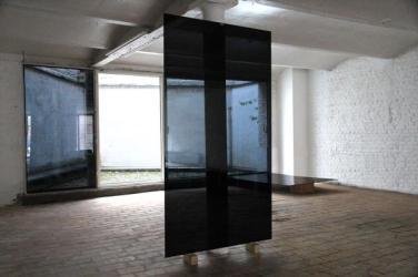 Court views. 2014, glass and adhesive, 115 x 230 cm / Vue sur cour. 2014, vitres et adhésifs, 115 x 230 cm