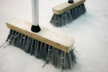 VIVIEN ROUBAUD Brooms. 2014, brooms, vibrator, battery, dimensions variable / Brooms. 2014, balai, batteries, moteur, vibrateur, dimensions variables