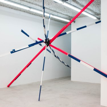 Relapse. 2015, installation. Enamel paint on wood, tape, dimensions variable / Relapse. 2015, installation. Bois, peinture glycérophtalique, bande, dimensions variables