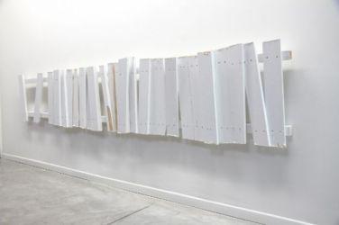 No Shelter 3. 2014, enamel paint on wood, 305 x 60 x 11 cm /No Shelter 3. 2014, peinture glycérophtalique, bois, 305 x 60 x 11 cm