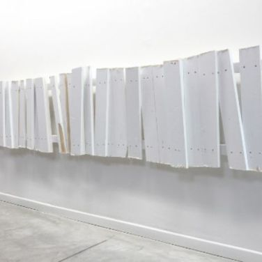 No Shelter 3. 2014, enamel paint on wood, 305 x 60 x 11 cm /No Shelter 3. 2014, peinture glycérophtalique, bois, 305 x 60 x 11 cm