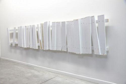No Shelter 3. 2014 - Enamel paint on wood, 60x305x11 cm No Shelter 3. 2014 - Peinture glycérophtalique, bois, 60x305x11 cm