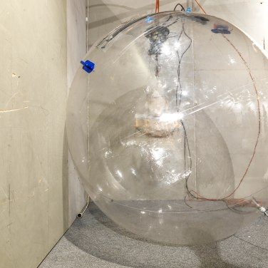 2014, water ball, oxygen, chandelier, dimensions variable / 2014, ballon d'eau, oxygène, lustre, dimensions variables