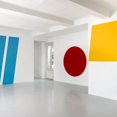 """Vue de l'esposition"""" OLT"""" à Mouans-Sartoux, 2017 ( l'oeuvre Rond Rouge à l'artiste Olivier Mosset)"""