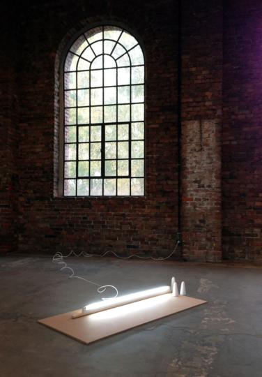 Untitled. 2013, mdf, sugar, neon tube, chipboard, 152 x 75 x 15 cm / Sans titre. 2013, mdf, sucre, néon, panneaux de particules, 152 x 75 x 15 cm