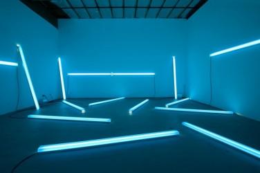 Chromasonic Field – Blue Green. 2013, resin, pigment, LEDs, aluminum and sensors with spectro-sonic refrequencer, 93 x 4 x 3 inches / Chromasonic Field - Bleu Vert. 2013, résine, pigment, LED, aluminium et capteurs avec spectro-sonic refrequencer, 93 x 4 x 3 pouces