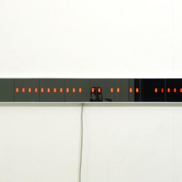 """Discret thoughts - Fiction binaire. 48 LEDs, parsol glass, semi-reflective plastic filter, aluminium, electronic circuit (""""Fictus""""), 173 x 14,7 cm / Discret thoughts - Fiction binaire. 2006, 48 pavés à leds, verre parsol, filtre plastique semi-réfléchissant, aluminium, circuit électronique ('Fictus'), 173 x 14,7 cm"""