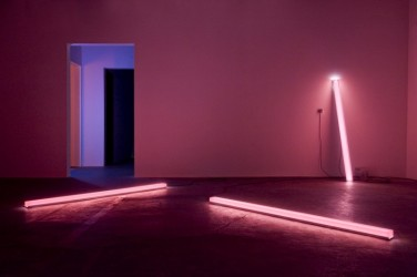 Peak Light Extractor - Pink. 2013, resin, LEDs, aluminum, spectro-sonic refrequencer, 93 x 4 x 3 inches / Peak Light Extractor - Rose. 2013, résine, LED, aluminium, spectro-sonic refrequencer, 93 x 4 x 3 pouces