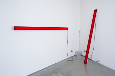Peak Light Extractor - Red. 2012, resin, LEDs, aluminum, spectro-sonic refrequencer, 93 x 4 x 3 inches / Peak Light Extractor - Rouge. 2012, résine, LED, aluminium, spectra-sonic refrequencer, 93 x 4 x 3 pouces