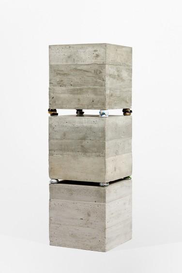 Cans II. 2012, concrete, polystyrene and aluminum cans, 160 x 50 x 50 cm / Cans II. 2012, béton, polystrène et canettes en aluminium, 160 x 50 x 50 cm