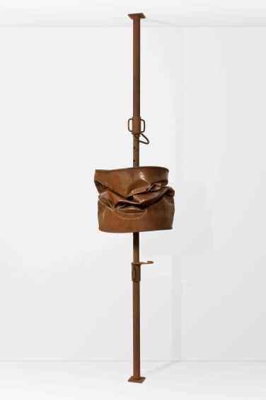 Barrel II. 2010, prop and metal barrel, adjustable height (250-390 cm) x 60 x 60 cm / Barrel II. 2010, etai et baril en métal, hauteur réglable (250 - 390 cm) x 60 x 60 cm