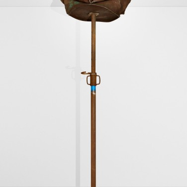 Barrel. 2010, prop and metal barrel, adjustable height (200 - 310 cm) x 64 x 80 cm / Barrel. 2010, etai et baril en métal, hauteur réglable (200 - 310 cm) x 64 x 80 cm
