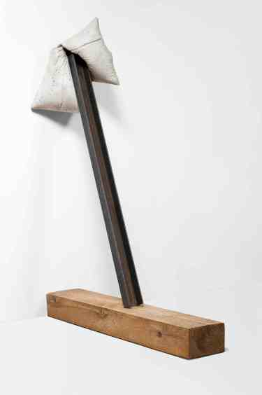 SAC VII. 2012, cement, steel bar and beam, 137 x 36 x 106 cm / SAC VII. 2012, ciment, barre en acier et poutre, 137 x 36 x 106 cm