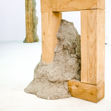 Untitled. 2015, concrete and wood, 90 x 87 x 34 cm / Sans titre. 2015, béton et bois, 90 x 87 x 34 cm