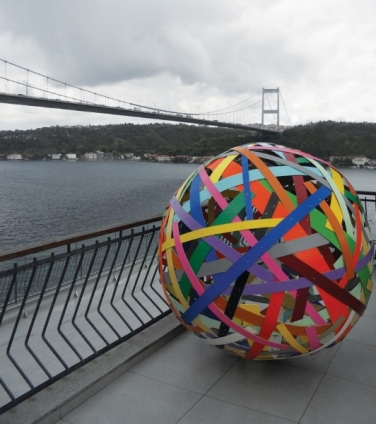 Flickenkugel Nr.3. 2009, acrylic, aluminum, ø 153 cm. Borusan Collection, Istanbul / Ballon de Pièces N°3. 2009, acrylique, aluminium, ø 153 cm. Collection Borusan, Istanbul