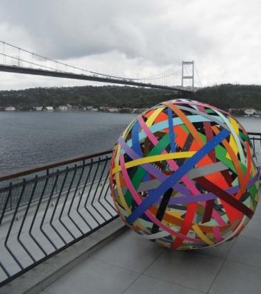 Flickenkugel Nr.3. 2009, acrylic, aluminum, ø 153 cm. Borusan Collection, Istanbul / Ballon de Pièces N°3. 2009, acrylique, aluminium, ø 153 cm. Collection Borusan, Istanbul
