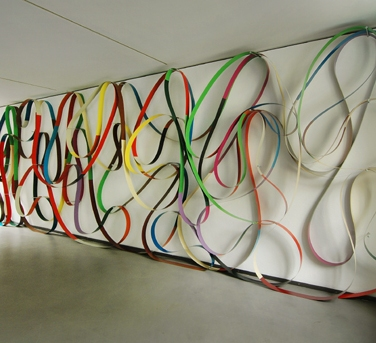 Wandbehang Nr.1 (Wall Hangings No.1). 2006, 3 strips of sheet metal at a time over 36 wall brackets, 259 x 823 cm. Collection Museum Konkrete Kunst, Ingoldstadt / Draperies Murales N°1. 2006, 3 bandes de tôle à la fois sur 36 supports muraux, 259 x 823 cm. Collection de la musée Konkrete Kunst, Ingoldstadt