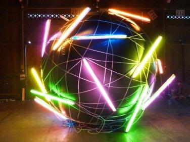 Balloon N°1. 2014, PVC, 24 painted neons, inflatable sphere, 240 m cable, ø 3,5 m / Balloon N°1. 2014, PVC, 24 néons peints, sphère gonflable, 240 m de cable, ø 3,5 m