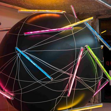 Balloon N°1. 2014, PVC, 24 painted neons, inflatable sphere, 240 m cable, ø 3.50 m / Balloon N°1. 2014, PVC, 24 néons peints, sphère gonflable, 240 m de cable, ø 3.50 m