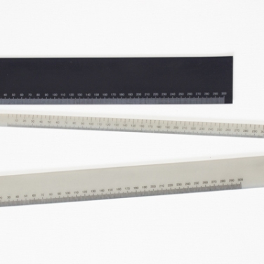 Triple decimetre. 2011, black rubbers and white silicons, screen print, 32 x 5 cm, 37 x 1,5 cm. © Dimitri Mallet / Triple décimètre. 2011, caoutchoucs noirs et silicones blancs, sérigraphiés, 32 x 5 cm, 37 x 1,5 cm. © Dimitri Mallet