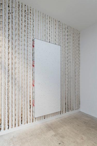 ALF, 2016. Tableau en polystyrène et linoléum sur canevas installé sur un mur de papier peint brûlé, 300 x 120 cm, mur : dimension variables
