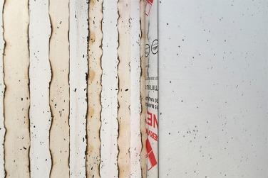ALF, 2016. Détail. Tableau en polystyrène et linoléum sur canevas installé sur un mur de papier peint brûlé, 300 x 120 cm, mur : dimension variables