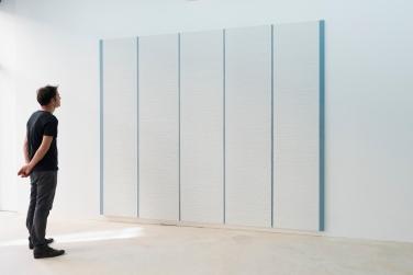 Big Blue, vue d'exposition, 2017. Tableaux en plâtre sur toile, 280 x 200 cm