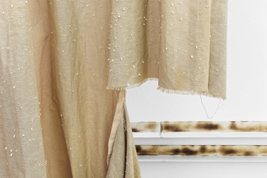 Curtain, 2016, curtain, expanded polystyrene, static electricity © Horst W Kurschat / Curtain, 2016, rideau, polystyrène étendu, électricité statique © Horst W Kurschat