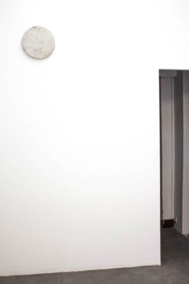 Ou ce papier peint disparaît, ou c'est moi, 2015, soiled workshop fabric taut on a clock, 30 x 30 cm © Clement Fessy / Ou ce papier peint disparaît, ou c'est moi, 2015, tissu souillé d'atelier tendu sur horloge, 30 x 30 cm © Clement Fessy