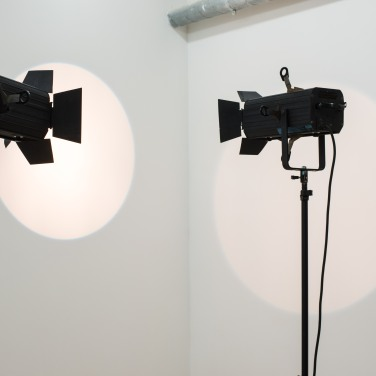 Cercle #5 et Cercle #6, 2017. Lampe de théâtre ADB, trépied, dimensions variables / Cercle #5 and Cercle #6, 2017. ADB lamp and tripod, variable dimensions