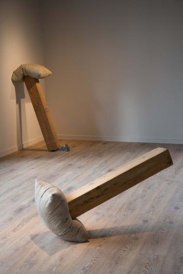 Benjamin Sabatier - Sans titre, 2015. Beton et bois, 62 x 44 x 115 cm et béton, poutre et cales en métal, 119 x 43 x 75 cm.