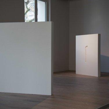 Nadia Guerroui - Bones, 2015. Polystyrène et empreintes d'os humains, 2 pièces de 100 x 120 cm