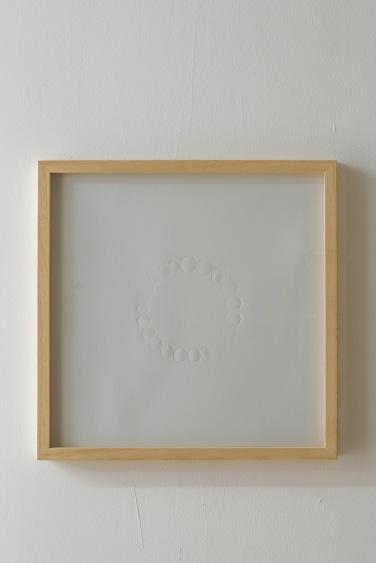 Pierre Labat, détail de L'appoint (21 pièces) - 2013. Gaufrage sur papier / embossing on paper, 43 x 43 cm (encadré)