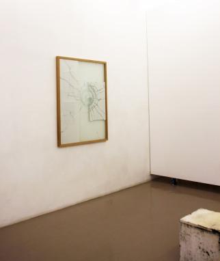Gwendoline Samidoust, Sans titre, 2016, Verre, film, photographie, bois. 120X97cm /