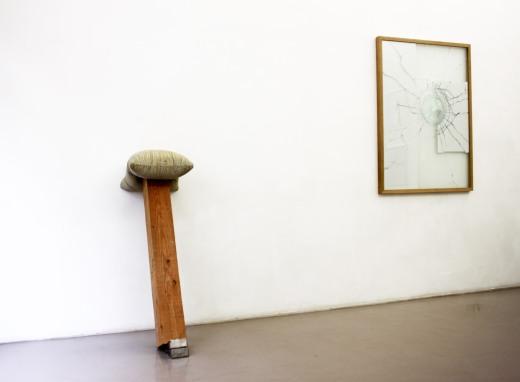 Benjamin Sabatier, sans titre, 2015, Ciment, bois, métal. 119X43x75cm / Gwendoline Samidoust, Sans titre, 2016, Verre, film, photographie, bois. 120X97cm